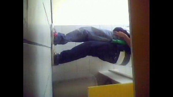 Metendo no amiguinho no banheiro da escola 2