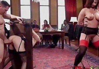 Espectáculo en un restaurante con dos mujeres y dos hombres teniendo sexo de lante de todos - 7 min