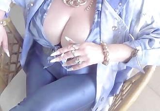 très gros seins Granny dans haute talons le tabagisme Un Cigarette