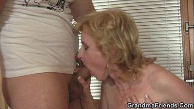 Mature slut takes two cocks - 6 min