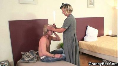 He explores and fucks her old pussy - 6 min