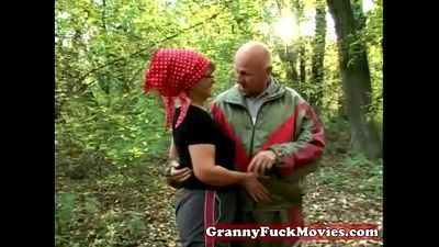 Granny in to outdoor fucking - 5 min