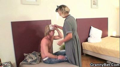 Morning sex with mature cleaning woman - 6 min