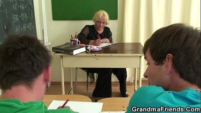 Old teacher sucks and rides at same time - 6 min