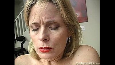 Mature amateur has an orgasm - 5 min