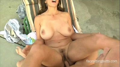 Young dude loves making his older babe\'s pussy squirt