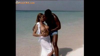 Romantic fuck on the beache - 3 min