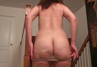 American milf Lani Lee peels off her nylon pantyhose