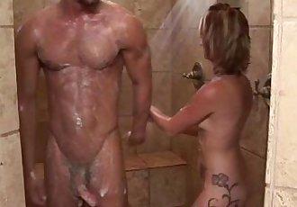 性感的 按摩師 貝貝 和 客戶 淋浴 和 吹簫 - 5 min