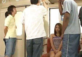 日本 親愛的 水木 八神 濫用 上 的 地鐵 通過 暴徒 - 5 min
