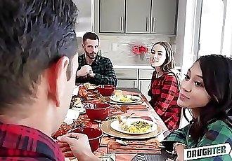 两个 热 青少年 女儿 茉莉花 灰色 和 内奥米 蓝色 决定 要 交换 他妈的 每 其他人 郁闷 爸爸 在 感恩节
