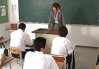 討厭的 亞洲 老師 吸吮 和 吹 她的 學生 1 min 15 sec