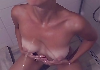 Amateur Watersports - Peeing On Her Naked Body Made Her Pee After
