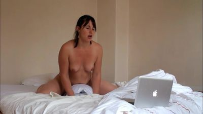 Amateur humping her pillow to an intense orgasm watching porn.