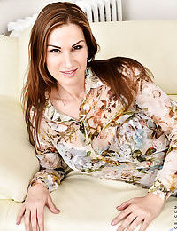 European MILF Carol Gold parting pussy lips after doffing jeans and clothing