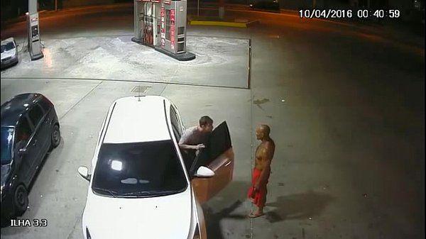 Suposto PM é flagrado fazendo sexo oral em outro homem em posto de gasolina em Manaus