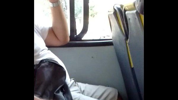 Macho moreno casado punheta pra mim no ônibus