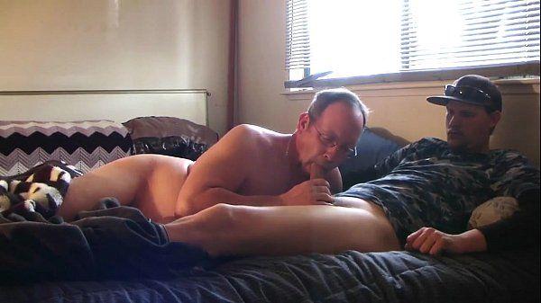 Corôa casado levou um macho pra chupar na cama da esposa!