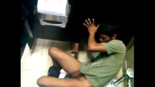 buscando vergas en los baños