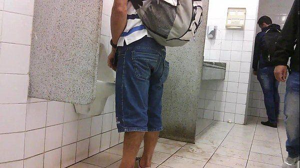 Batendo até gozar no banheiro publico
