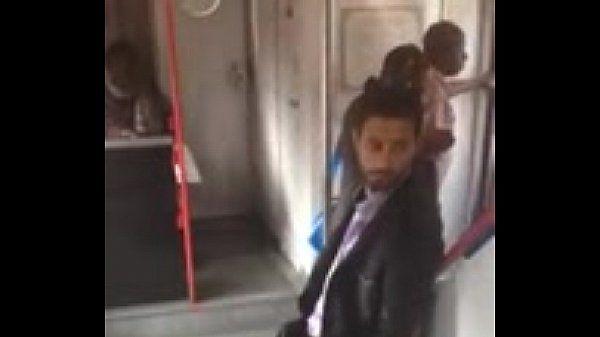 Cara excitado no metrô