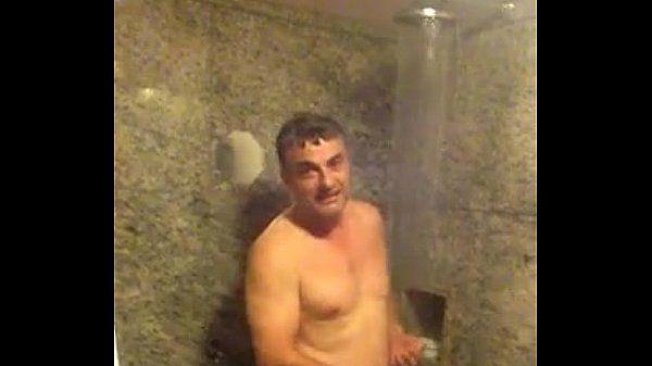 Filmando o pai bebado no banho