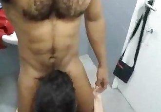 Chupando o moreno no banheiro