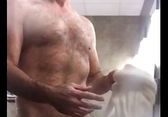 Maduro Punhetando no Banheiro Publico