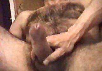 Dando uma mão amiga para o paizão peludoGiving Handjob to this Hairy Dad