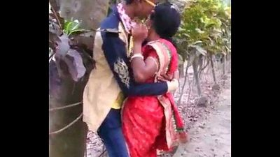 MARATHI DESI BOY AND AUNTY PASSIONATE KISS IN PUBLIC - 12 sec