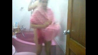 Desi Couple Taking Bath Together In Bathtub - 6 min
