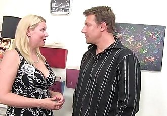 Curvy MILF Babe Loves Eating Ass!HD