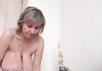 Hot mom changes her bra (huge tits!!!) - 43 sec HD