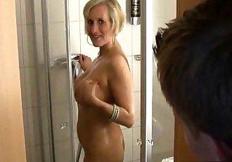 Echte MILF in der Dusche abgefickt - 6 min