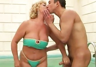 Amateur mature granny giving head - 6 min